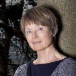 Im Autorenporträt: Renate Klöppel. Sie liebt, was ihre Schreiborte betrifft, die Abwechslung und verbringt auch viel Zeit am Cembalo.