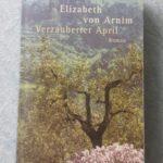 """Ein Lesetipp von Rita Lamm: """"Verzauberter April"""" von Elisabeth von Arnim. Vier ernste englische Damen reisen in den zwanziger Jahren an die italienische Mittelmeerküste."""